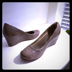 FRYE wedge pump round toes. Color: grey taupe